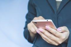 Χέρι επιχειρησιακών γυναικών που κρατά το κινητό τηλέφωνο συνδέοντας με Διαδίκτυο Στοκ φωτογραφίες με δικαίωμα ελεύθερης χρήσης