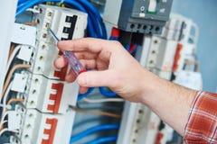 Χέρι ηλεκτρολόγων με το κατσαβίδι τάσης δοκιμής Στοκ εικόνα με δικαίωμα ελεύθερης χρήσης