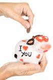 Χέρι θηλυκού που ρίχνει ένα νόμισμα Στοκ Εικόνα