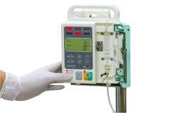 Χέρι και άσπρα ιατρικά γάντια του ελέγχου IV γιατρών στην έγχυση π Στοκ Εικόνες