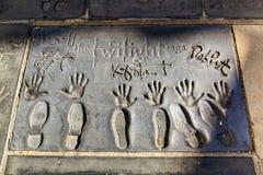 Χέρι και ίχνη των δραστών μακριών περιπετειωδών μυθιστορημάτων λυκόφατος μπροστά από το κινεζικό θέατρο TCL στοκ φωτογραφία