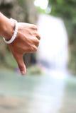 Χέρι και εθνικό πάρκο πτώσης νερού Arawan Στοκ φωτογραφία με δικαίωμα ελεύθερης χρήσης