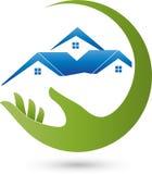 Χέρι και τρία σπίτια, ακίνητη περιουσία και λογότυπο σπιτιών Στοκ φωτογραφία με δικαίωμα ελεύθερης χρήσης