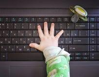 Χέρι και υπολογιστής παιδιών Στοκ Εικόνες