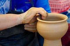 χέρι καλλιτεχνών που κάνει την αγγειοπλαστική Στοκ εικόνες με δικαίωμα ελεύθερης χρήσης