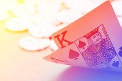 Χέρι καρτών παιχνιδιού Blackjack στο ζωηρόχρωμο υπόβαθρο με τα τσιπ Στοκ Εικόνες