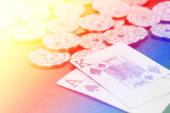 Χέρι καρτών παιχνιδιού Blackjack στο ζωηρόχρωμο υπόβαθρο με τα τσιπ s Στοκ φωτογραφία με δικαίωμα ελεύθερης χρήσης