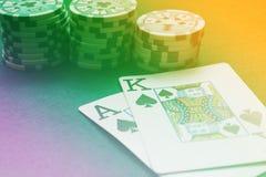 Χέρι καρτών παιχνιδιού Blackjack στο ζωηρόχρωμο υπόβαθρο με τα τσιπ s Στοκ εικόνα με δικαίωμα ελεύθερης χρήσης