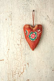 Χέρι καρδιών - που γίνεται σε ένα παλαιό ξύλινο υπόβαθρο Στοκ Εικόνες