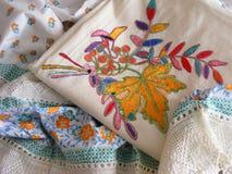 Χέρι κεντητικής - γίνοντη κεντητική άσπρα αγαθά με την πλεκτή δαντέλλα Στοκ Φωτογραφίες