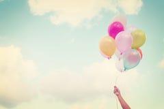 Χέρι κοριτσιών που κρατά τα πολύχρωμα μπαλόνια Στοκ φωτογραφίες με δικαίωμα ελεύθερης χρήσης