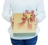 χέρι κοριτσιών δώρων κιβωτί&ome Στοκ εικόνα με δικαίωμα ελεύθερης χρήσης