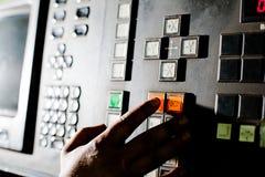 χέρι κουμπιών κοντά στην οθό& Στοκ Φωτογραφίες