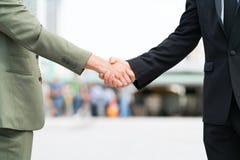 Χέρι κουνημάτων ατόμων δύο επιχειρήσεων Στοκ Εικόνα