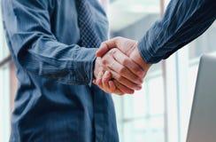 Χέρι κουνημάτων επιχειρηματιών για τη συνεργασία Στοκ εικόνες με δικαίωμα ελεύθερης χρήσης