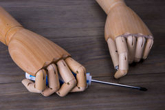 Χέρι με ένα κατσαβίδι και μερικές βίδες Στοκ Φωτογραφίες