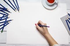 Χέρι με ένα μολύβι Στοκ φωτογραφία με δικαίωμα ελεύθερης χρήσης