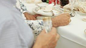 Χέρι με ένα ποτήρι της βότκας φιλμ μικρού μήκους