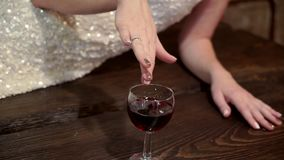 Χέρι με ένα ποτήρι του κρασιού απόθεμα βίντεο