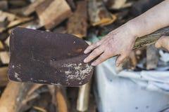 Χέρι με ένα φτυάρι Στοκ Φωτογραφία
