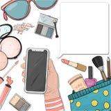 Χέρι με ένα smartphone και ζωηρόχρωμα στοιχεία των καλλυντικών των γυναικών στο ύφος του σκίτσου Διακοσμητικά καλλυντικά για το π απεικόνιση αποθεμάτων