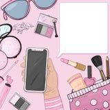 Χέρι με ένα smartphone και ζωηρόχρωμα στοιχεία των καλλυντικών των γυναικών στο ύφος του σκίτσου Διακοσμητικά καλλυντικά για το π ελεύθερη απεικόνιση δικαιώματος