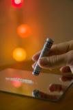 χέρι με εκατό αμερικανικά δολάρια σημειώσεων για να χρησιμοποιήσει την κοκαΐνη στοκ εικόνες