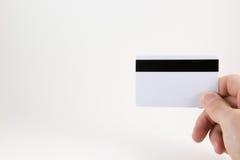 Χέρι με μια πιστωτική κάρτα σε ένα άσπρο υπόβαθρο στοκ εικόνα με δικαίωμα ελεύθερης χρήσης