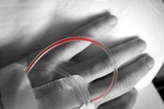 Χέρι με μια σταλαγματιά με το αίμα στοκ φωτογραφία με δικαίωμα ελεύθερης χρήσης