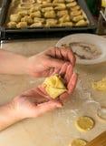 Χέρι με τα μπισκότα φιαγμένα από ζύμη Στοκ φωτογραφία με δικαίωμα ελεύθερης χρήσης