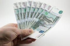 Χέρι με τα ρωσικά ρούβλια στοκ φωτογραφία με δικαίωμα ελεύθερης χρήσης