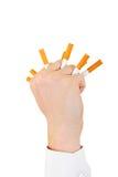 Χέρι με τα σπασμένα τσιγάρα Στοκ Φωτογραφία