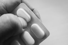 Χέρι με τα φάρμακα Στοκ φωτογραφίες με δικαίωμα ελεύθερης χρήσης