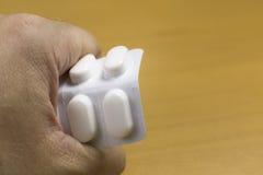 Χέρι με τα φάρμακα στοκ φωτογραφία με δικαίωμα ελεύθερης χρήσης