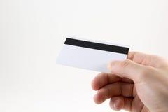 Χέρι με την πλαστική κάρτα σε ένα άσπρο υπόβαθρο στοκ εικόνα με δικαίωμα ελεύθερης χρήσης