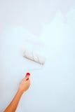 Χέρι με τη ζωγραφική βουρτσών κυλίνδρων Στοκ φωτογραφία με δικαίωμα ελεύθερης χρήσης