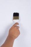 Χέρι με τη ζωγραφική βουρτσών στον τοίχο Στοκ εικόνα με δικαίωμα ελεύθερης χρήσης