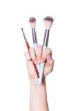 Χέρι με τις βούρτσες makeup Στοκ Φωτογραφία