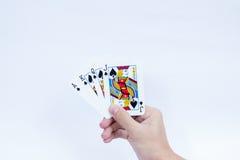 Χέρι με τις κάρτες παιχνιδιού που απομονώνονται στο άσπρο υπόβαθρο στοκ εικόνες