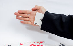 Χέρι με τις κάρτες παιχνιδιού που απομονώνονται στο άσπρο υπόβαθρο στοκ εικόνα με δικαίωμα ελεύθερης χρήσης
