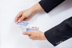 Χέρι με τις κάρτες παιχνιδιού που απομονώνονται στο άσπρο υπόβαθρο στοκ φωτογραφίες με δικαίωμα ελεύθερης χρήσης