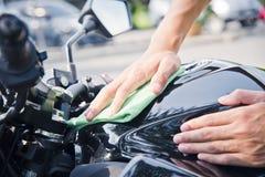 Χέρι με τον καθαρισμό της μοτοσικλέτας Στοκ εικόνες με δικαίωμα ελεύθερης χρήσης
