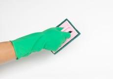 Χέρι με τον πράσινο καθαρισμό γαντιών με τη βούρτσα Στοκ εικόνες με δικαίωμα ελεύθερης χρήσης