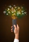 Χέρι με τον τηλεχειρισμό και τα κοινωνικά εικονίδια μέσων Στοκ εικόνα με δικαίωμα ελεύθερης χρήσης