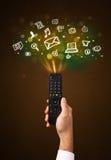Χέρι με τον τηλεχειρισμό και τα κοινωνικά εικονίδια μέσων Στοκ φωτογραφίες με δικαίωμα ελεύθερης χρήσης