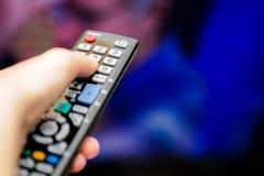 Χέρι με τον τηλεχειρισμό TV Στοκ Εικόνες