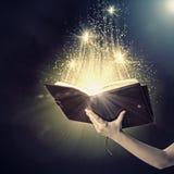 Χέρι με το βιβλίο Στοκ Εικόνες