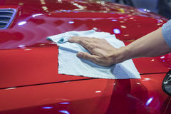 Χέρι με το καθαρίζοντας αυτοκίνητο υφασμάτων microfiber Στοκ Φωτογραφία