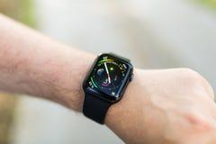 Χέρι με το καθιερώνον τη μόδα έξυπνο ρολόι Σύγχρονη συσκευή που σας αφήνει να μείνετε πάντα συνδεμένους με Διαδίκτυο στοκ εικόνα