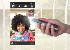 Χέρι με το κινητό τηλέφωνο και την κοινωνική τηλεοπτική App συνομιλίας διεπαφή Στοκ εικόνες με δικαίωμα ελεύθερης χρήσης